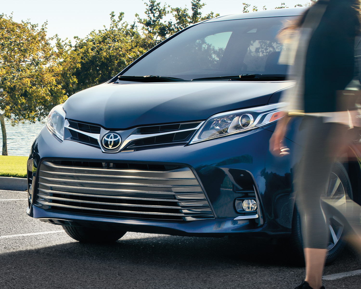 toyota-2018-sienna-limited-grille-l