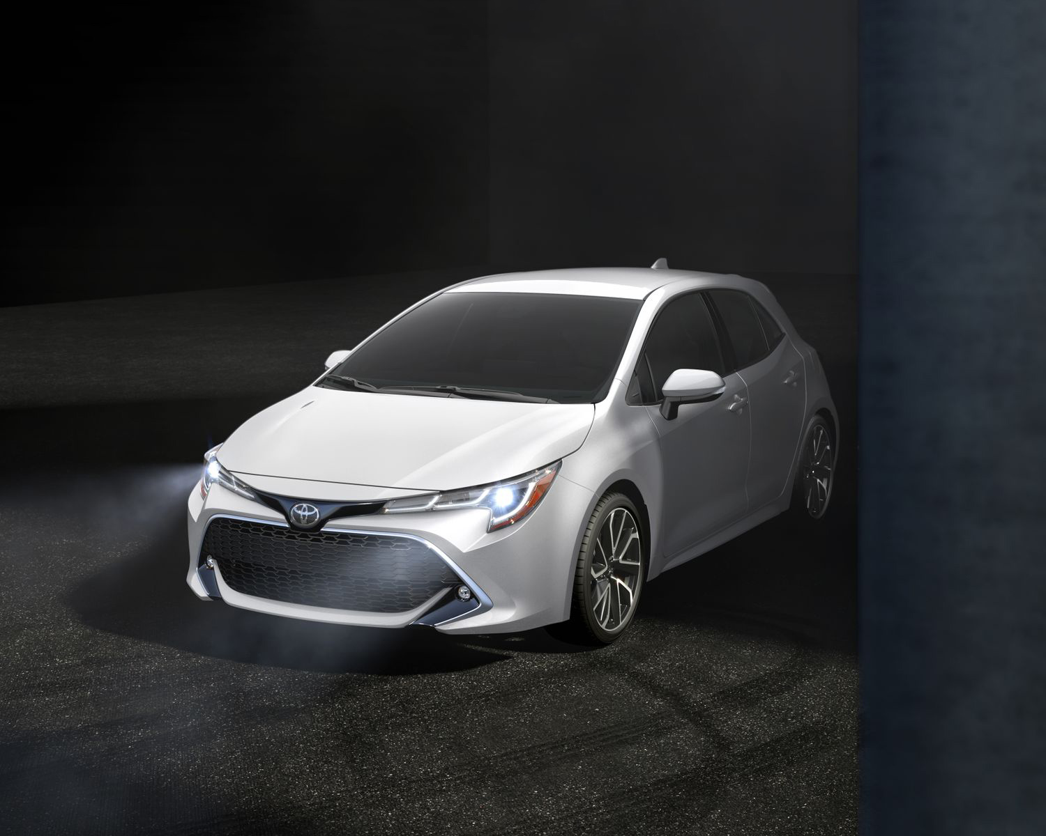 toyota-2019-corolla-hatchback-super-white-l